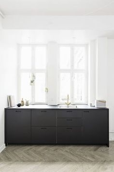 Ser for oss liknende kjøkkenbenk bare i hvitt. - Når ting faller visuelt på plass gir det livskvalitet | Bo-bedre.no