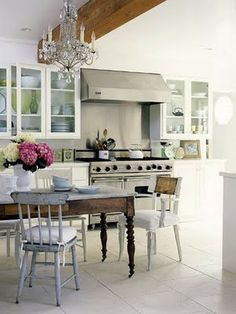 Pretty kitchen with a lovely farmhouse table & mismatched chairs. Küchen Design, Home Design, Interior Design, Glass Front Cabinets, White Cabinets, Open Cabinets, Kitchen Cabinets, Sweet Home, Kitchen Chandelier