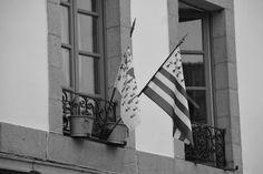 #bretagne #drapeaux #fenetres #noir et blanc #pots #rue #village