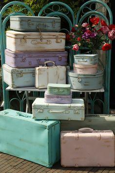 Deze stoere koffers ter accessoire van je kamer zijn te verkrijgen in talloze kleurtjes!! Kleine koffertjes vanaf €15,-... Middelmaat vanaf €30,-... Grote koffers vanaf €45,-... Liefs Ma Maison :)
