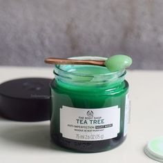 What the brand says: Wake up to clearer-looking skin! This fresh and breathable Tea Tree Anti-Imperfection Night Mask is specifically formulated to care for oily skin and imperfections while you sleep. Infused with salicylic acid and Community Trade tea t The Body Shop, Body Shop Tea Tree, Body Shop At Home, Mask For Oily Skin, Oily Skin Care, Skin Care Tips, Dry Skin, Skin Tips, Tea Tree Mask