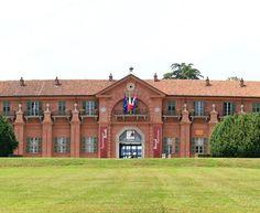 O Castelo Borgo está situado dentro do Parque Regional Della Mandria, perto de Turim, no norte da Itália. A estrutura foi construída em 1713 para servir como centro de reprodução de cavalos (usados pela família real).