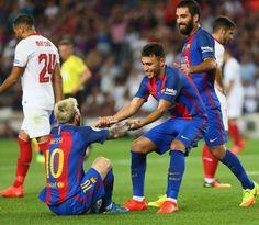 Munir ayuda a levartarse a Messi durante el partido.