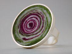 Bunt gefilzter, farbenfroher Ring!   Ein echter Blickfang!  Dieser Ring passt immer, da die Ringschiene an einer Seite offen ist und somit verstell...