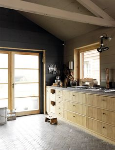 Inspiration, design, decoration, art – Page 59 Wooden Kitchen, Kitchen Tiles, Kitchen Design, Nice Kitchen, Kitchen Units, Kitchen Cabinets, Artisan Kitchen, Traditional Japanese House, Chevrons