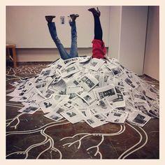 2. Superficialidad del conocimiento: En la imagen hay dos personas enterradas de cantidades inmensas de información, tal y como a día de hoy sucede, pues nos encontramos en la sociedad de la información, donde se da la infoxicación, es decir, es tanta y tan variada la información que nos viene de manera continua a través de múltiples y variados medios de comunicación, que no podemos leerla toda, por ello tendemos a hacer una lectura superficial de los documentos.