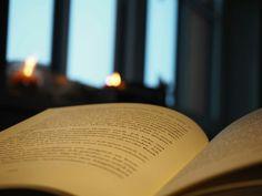 #book #Buch #Tee #tea #candle #Kerze #light #lit #Kerzenschein #lesen #reading #read #pages #Seiten #dream #romantix #fall #Herbst #Blatt #vibes #red