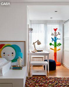 Incorporada ao quarto do filho, a varanda se transformou em um espaço de brincar. Sobre a mesinha, um rolo de papel dá vazãoà criatividade dos pequenos. Os móveis foram encomendados à Cameretta. O mancebo é da italiana Magis (Micasa).