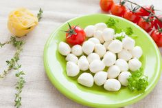 Aprende una técnica rápida para hacer tu propia mozzarella casera rápida, usando tu horno de microondas y simples ingredientes