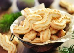 Omas Spritzgebäck: Das Rezept zum Nachbacken Shortbread biscuits: The classic Christmas biscuits must not be missing on any colorful Christmas plate – we have a great recipe for Grandma's biscuit cookies for you to bake. Baking Recipes, Snack Recipes, Dessert Recipes, Snacks, Dessert Blog, Xmas Cookies, No Bake Cookies, Biscuit Cookies, Gingerbread Cookies
