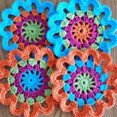 Porta copos rosetas  Pequenos mimos que alegram a nossa mesa! #portacopo #croche #crochet #handmade #emporiumdascores www.elo7.com.br/emporiumdascores