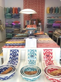 Der Shop Estilo Sant Feliu hat schönste Tischware mit Llengües-Muster im Angebot! Mitten in der Altstadt von Palma de Mallorca!