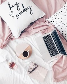 flatlay pink auf dem bett kaffee und macbook ♥ – Heather Murray – Join the world of pin Flatlay Instagram, Photo Rose, Flat Lay Inspiration, Layout Inspiration, Blogging, Foto Blog, Mac Book, Flat Lay Photography, Coffee Break