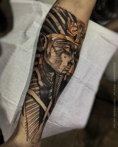 Uma das dúvidas de quem vai fazer a primeira tatuagem é o que tatuar, qual figura fazer, escolha aquela que tem algum significado para você. Veja essa e outras dicas no blog Marco da Moda - Foto: tatuagem no braço de Faraó do Egito por Felipe Rodrigues God Tattoos, Forearm Tattoos, Body Art Tattoos, Script Tattoos, Arabic Tattoos, Dragon Tattoos, Tatoos, Osiris Tattoo, Anubis Tattoo