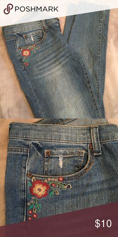 Jeans. LAST CALL donating ‼️‼️‼️‼️ Soft wash embroidery on pockets .. Mudd Jeans Ankle & Cropped