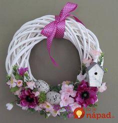 Kúpili len holý kruh z prútia za pár drobných: Keď uvidíte tie úžasné & Easter Wreaths, Holiday Wreaths, Holiday Crafts, Floral Hoops, Easter Holidays, Summer Wreath, Diy Wreath, How To Make Wreaths, Spring Crafts