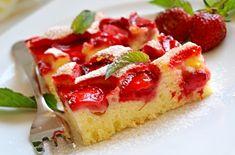 Další skvělý recept na nadýchanou bublaninu ozdobenou čerstvými jahodami, hotovou pěkně posypanou moučkovým cukrem.