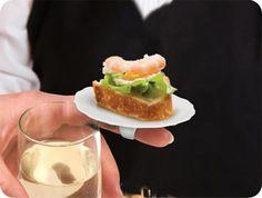Para servir canapés y no tener que dejar tu trago para disfrutarlo, nada como un mini-plato para el dedo.