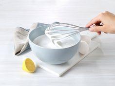 En herlig luftig glasur. Sitronsaften gir det lille ekstra – og gjør frostingen mer frisk og hvit.