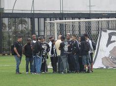 BotafogoDePrimeira: Torcida invade treino do Botafogo e cobra elenco p...