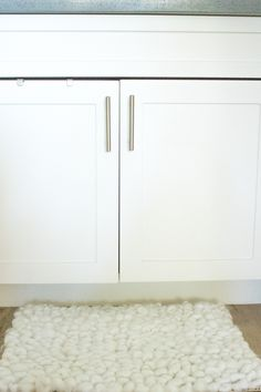 See how to make a bathroom rug in less than one hour through a simple weaving technique! Diy Bathroom Paint, Cheap Bathroom Remodel, Cheap Bathrooms, Large Bathroom Rugs, Bathroom Rug Sets, Large Bathrooms, Bathroom Ideas, Bathroom Countertop Cabinet, Widespread Bathroom Faucet