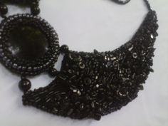 Necklace on felt, with chips onyx, crystal faceted glass beads and rectangular hollow beads of 2-4 mm sand, sewn edges, lined with felt animal print.