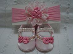 Sapatinho número 13, 14,16, rosa claro com pérolas brancas  Faixa de Cabelo de meia de seda combinando.