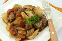 Quick and Easy beef bourguignon recipe authentic special on star food recipes site Easy Beef Bourguignon, Slow Cooker Recipes, Crockpot Recipes, Cooking Recipes, Food Wishes, Flat Belly Diet, Star Food, Crockpot Dishes, Gourmet