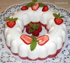 Nepečená tvarohová babovečka s jahodami (fotorecept) Chocolates, Slovak Recipes, Bunt Cakes, Jello Recipes, Panna Cotta, Bakery, Berries, Cheesecake, Strawberry