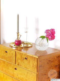 olohuone,lipasto,laatikosto,fuksia,lasimalja,maljakko,kulta,kynttilä,kynttilänjalka