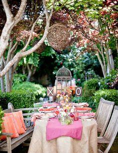 Une table fraîche, corail et rose. Une belle idée pour une réception dans un jardin