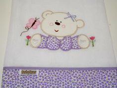 Jogo de babitas bordadas com barrado de tecido floral.    Tamanho: Babita - 32 x 32 cm; Fralda - 67 x 67 cm    Tecido: Fralda Cremer Luxo - 100% algodão