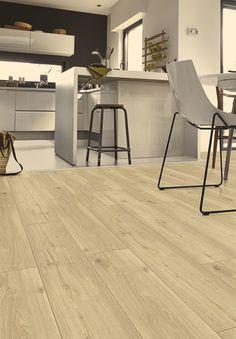 Planker som rumdelere Et godt tip er at lægge to forskellige typer af gulve, når rummets funktion skifter, som fra køkken til stue. Et plankegulv-inspireret klikgulv er perfekt til at markere spisestuen, samtidig med at det stadig er nemt at gøre rent efter krummerne under spisebordet. Starfloor Click 50, Soft Oak –Light Beige. Fra 399 kr. pr. m2, Tarkett.