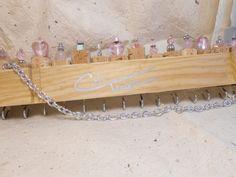 Les bouchons de vin recyclées sont joliment décorées avec diverses perles de qualité (verre, cristal, coquille, métal, etc.). Vous choisissez la couleur et nous allons le créer ensemble de là. Les crochets argentés sont parfaits pour suspendre les bijoux & peuvent traiter beaucoup de poids. Une chaîne de couleur argentée est assez long pour ajouter des boucles doreilles trop ! Ces garner toujours beaucoup dattention lors de salons. Tout à fait unique ! A bientôt
