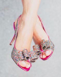 ♥♥♥  Sapatos de noiva que parecem saídos de contos de fadas O sonho de toda noiva é ser a princesa da noite, então os sapatos de noiva também devem ser como saídos de contos de fadas, não é? http://www.casareumbarato.com.br/sapatos-de-noiva-de-contos-de-fadas/
