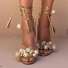 Fab Shoes, Cute Shoes, Me Too Shoes, Shoes Heels, Heels Outfits, Stilettos, High Heels, Golden Shoes, Beautiful Shoes
