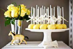 Amarelo & Branco com Luminárias Chinesas
