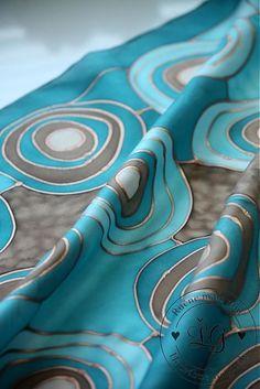 Ručne maľovaná hodvábna šatka .  Materiál 100% hodváb, habotai 8, použitá medená kontúra. Farby  sú stále pri praní i žehlení....