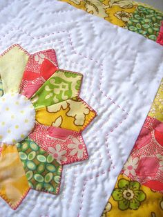 Dresden plate  - pretty colors - love the hand quilting on this one! #quilting #patchwork