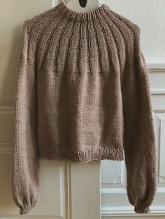 Sunday Sweater strikket i økologisk uldgarn - Ecoknitting Hand Knitted Sweaters, Sweater Knitting Patterns, Lace Knitting, Knitted Hats, Knit Crochet, Raglan, Drops Design, Knit Fashion, Knitwear