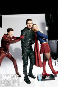 Green Arrow being pushed into the photo shoot by the Flash with Supergirl already posing Kara Danvers Supergirl, Supergirl Tv, Supergirl And Flash, Superhero Shows, Superhero Memes, Kal El Superman, Foto Flash, Melissa Supergirl, The Flash Grant Gustin