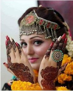 Latest and Unique Awesome Mehndi Designs 2016 Indian Bride Poses, Indian Wedding Poses, Indian Bridal Photos, Bride Indian, Mehendi Photography, Indian Wedding Couple Photography, Bride Photography, Bridal Poses, Bridal Photoshoot