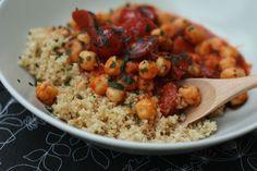 Ragoût de chorizo, pois chiches et tomates cerises, pilaf de boulgour comme un couscous ( à tester avec des merguez?)