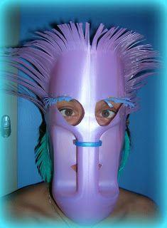 Máscara elaborada con un envase de plástico.