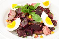 Salát Wellness salát s úžasnými účinky červené řepy s tuňákem, domácí kysanou okurkou a vajíčkem Pot Roast, Ethnic Recipes, Food, Carne Asada, Roast Beef, Essen, Meals, Yemek, Eten