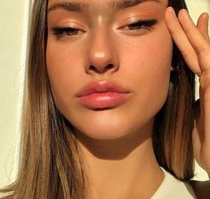 60 Most Sharp Eye Makeup Looks 2019 These trendy MakeUp ideas would gain you amazing compliments. Check out our gallery for more ideas these are trendy this year. Glowy Makeup, Kiss Makeup, Cute Makeup, Natural Makeup, Beauty Makeup, Makeup Looks, Hair Makeup, Hair Beauty, Soft Makeup