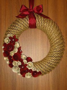 věneček z papíru Christmas Wreaths, Christmas Cards, Rope Crafts, Newspaper Crafts, Basket Weaving, Needlepoint, Advent, Origami, Recycling