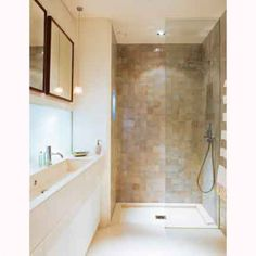 Une salle de bain en carrelage tout en longueur