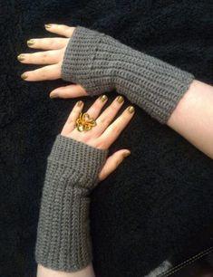 Crochet Patterns Wear Super Simple, Practical And Basic Crochet Fingerless Gloves Pattern Crochet Fingerless Gloves Free Pattern, Crochet Mitts, Fingerless Gloves Knitted, Free Crochet, Crochet Hand Warmers, Learn Crochet, Crochet Hoodie, Crochet Poncho, Irish Crochet