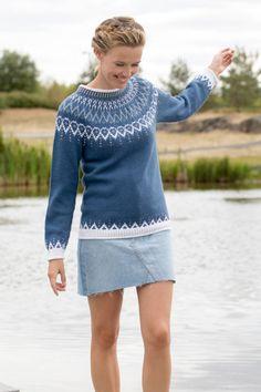 Mammahjerte Genser i Denim, kjøp den som strikkepakke hos HoY. Knitting Stiches, Sweater Knitting Patterns, Knitting Designs, Knit Patterns, Free Knitting, Nordic Pullover, Nordic Sweater, Fair Isle Knitting, Long Sweaters